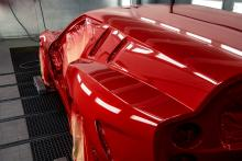 Ferrari Breadvan Hommage bij spuiter (auto spuiterij) bij schadehersteller in spuitcabine / lak