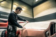 Kleimodel van de Ferrari breadvan hommage met blije man