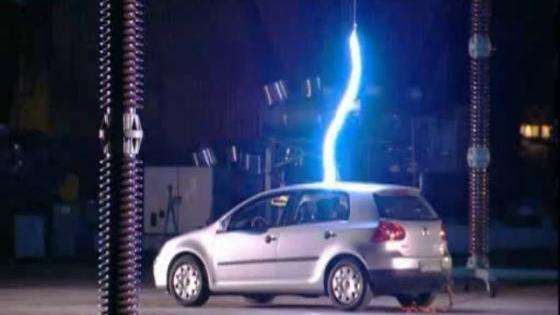 Auto getroffen door bliksem - TopGear