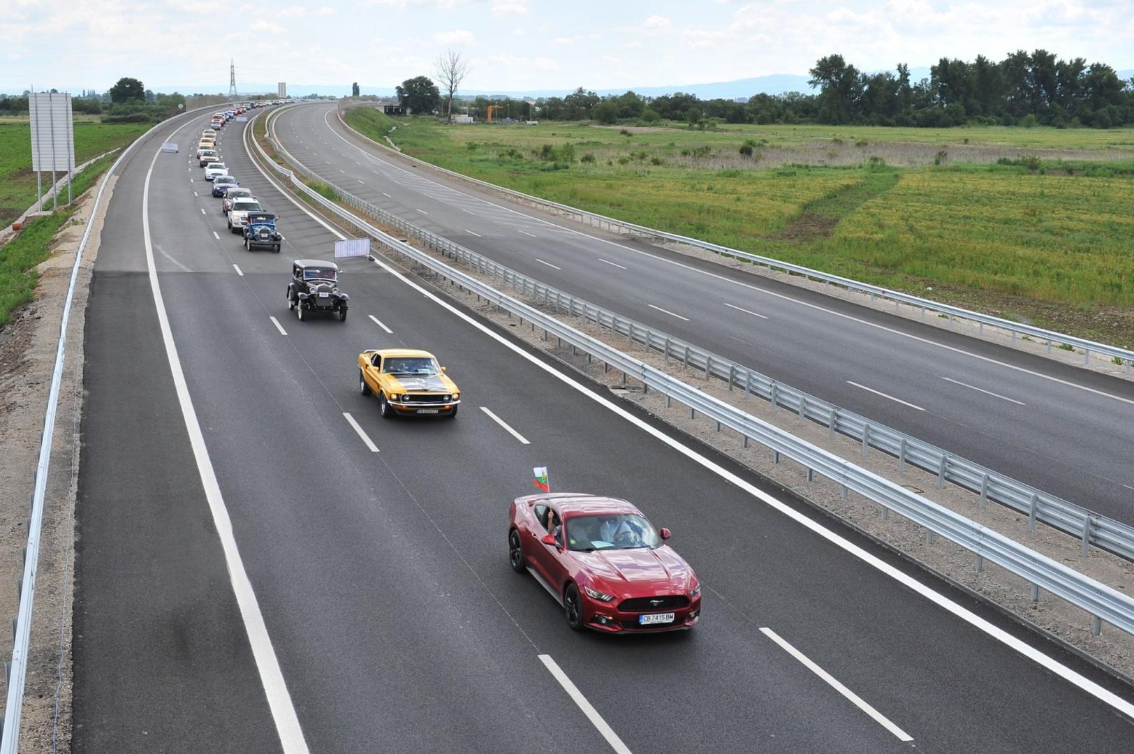 ford optocht bulgarije auto's op de weg