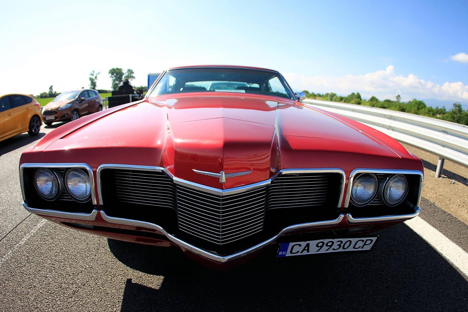 voorkant van een rode auto