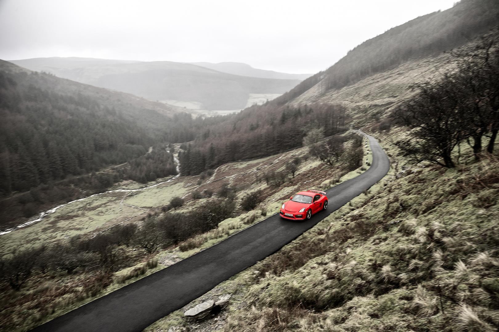 Afbeeldingsresultaat voor oude rode sportauto onderweg