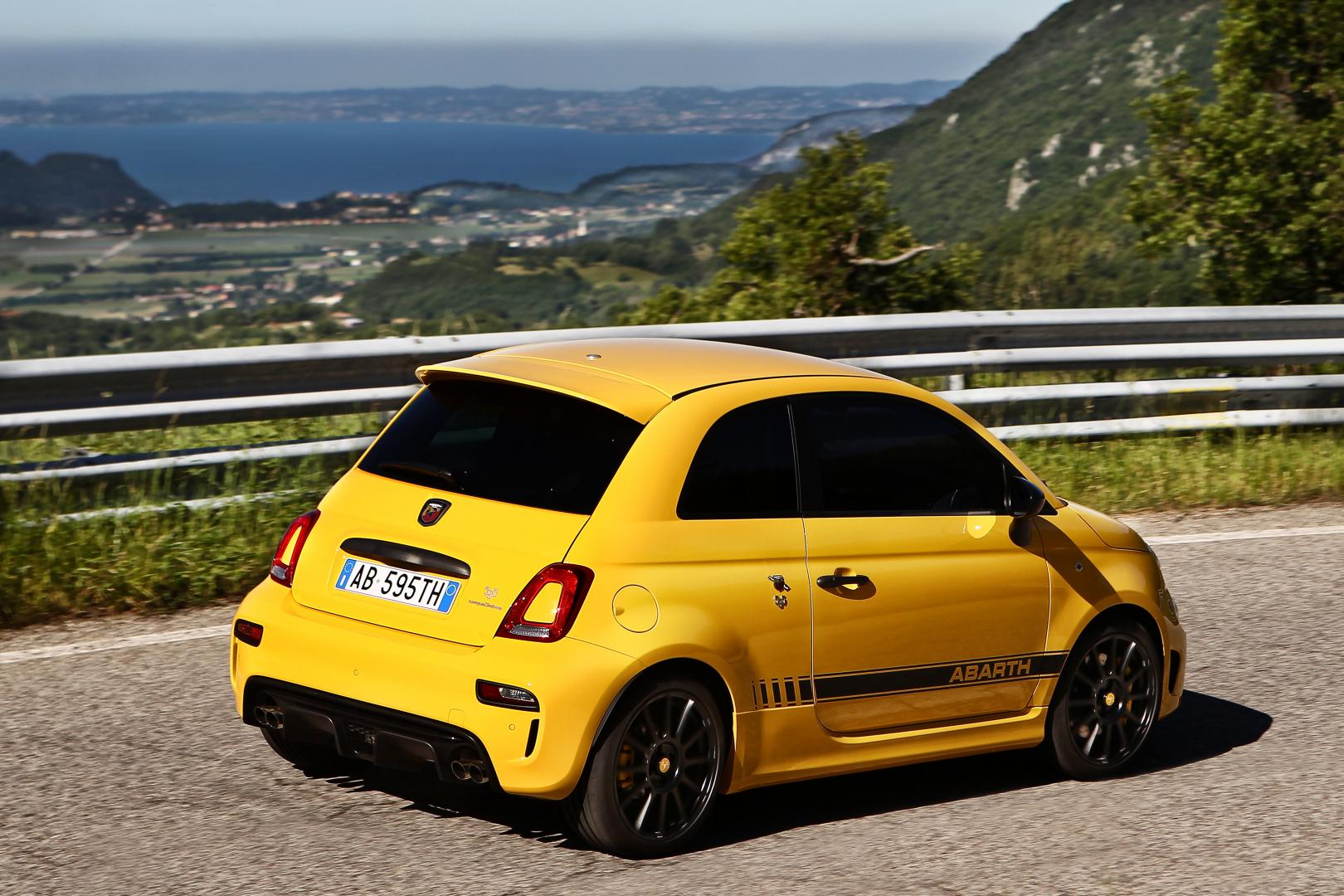 abarth 595 competizione 2016 rijtest en specificaties. Black Bedroom Furniture Sets. Home Design Ideas