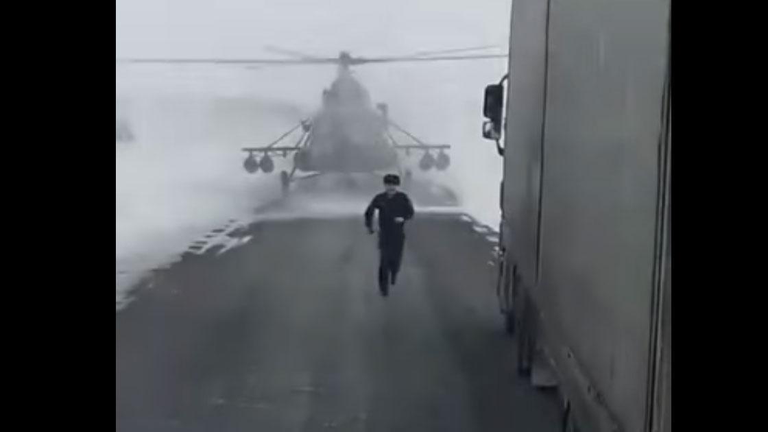 Gevechtshelikopter landt op weg