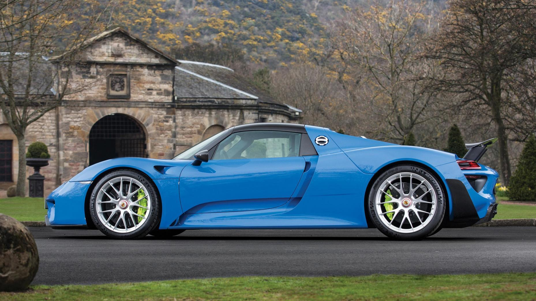 Porsche 918 spyder in arrow blue dit is de enige for Porsche 918 interieur