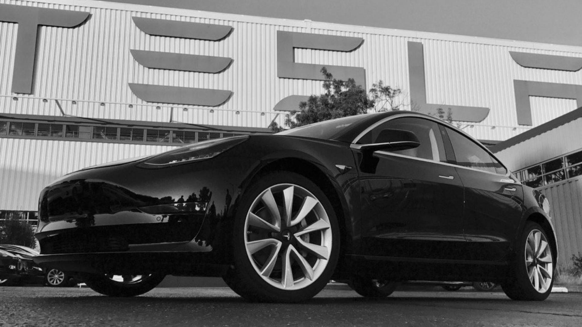 De eerste Tesla Model 3 ooit - dit is hem - TopGear Nederland
