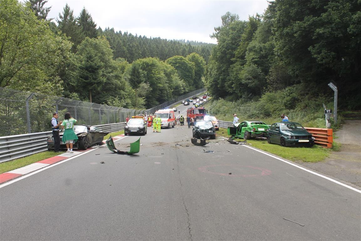 Enorme Ravage op Nürburgring met 10 auto's