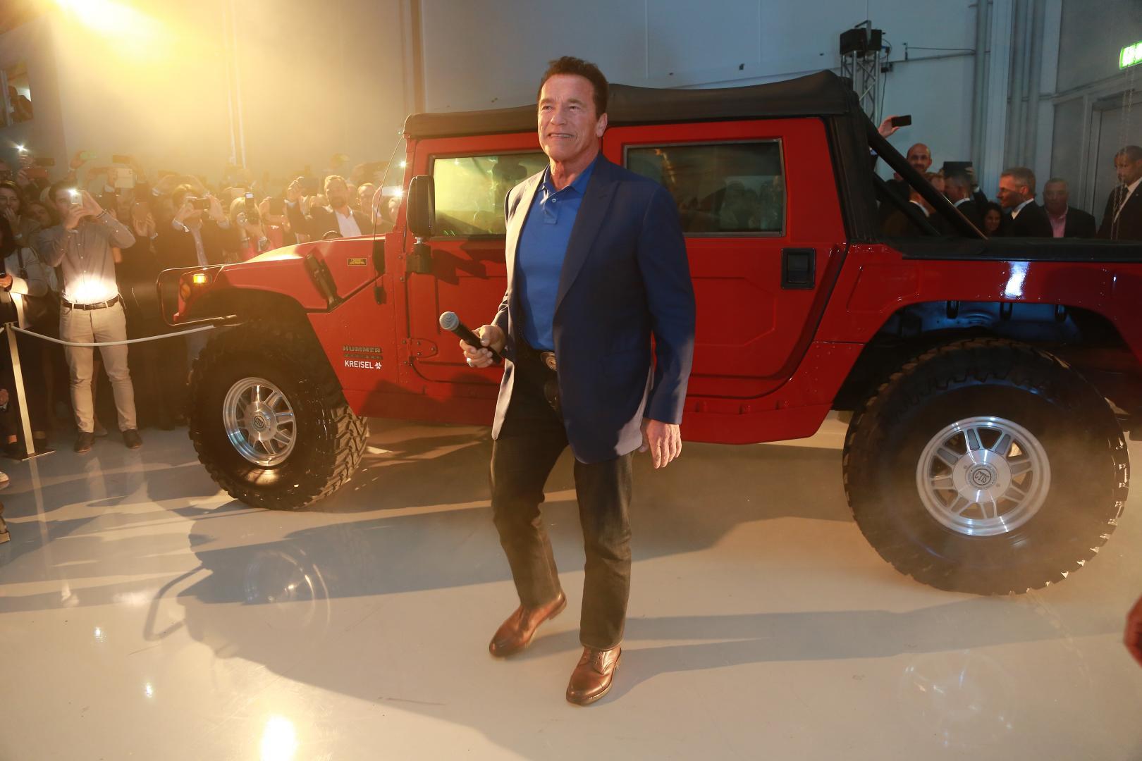Arnold Schwarzenegger rolt nu in een elektrische Hummer H1
