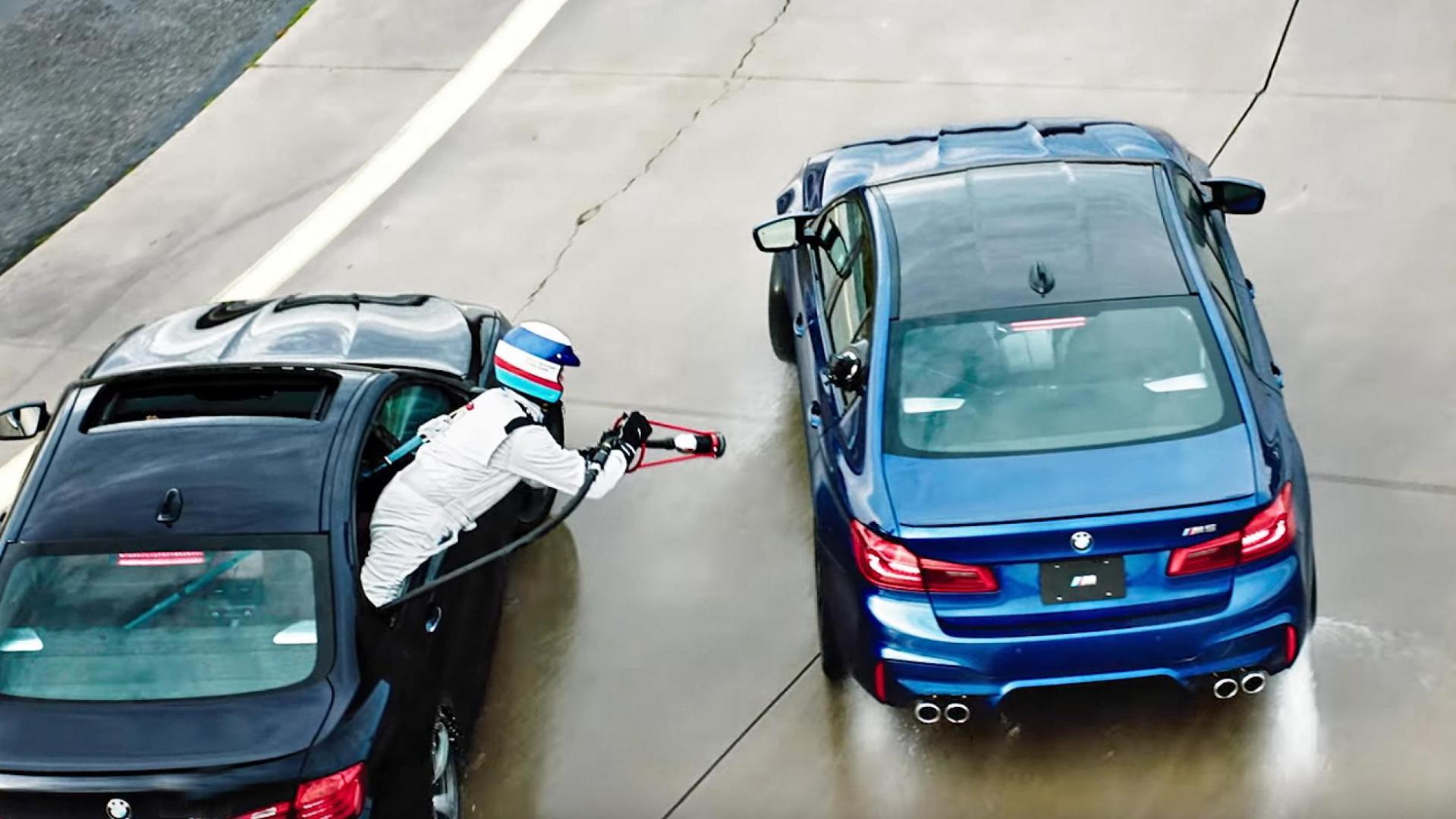BMW M5 tanken tijdens het driften