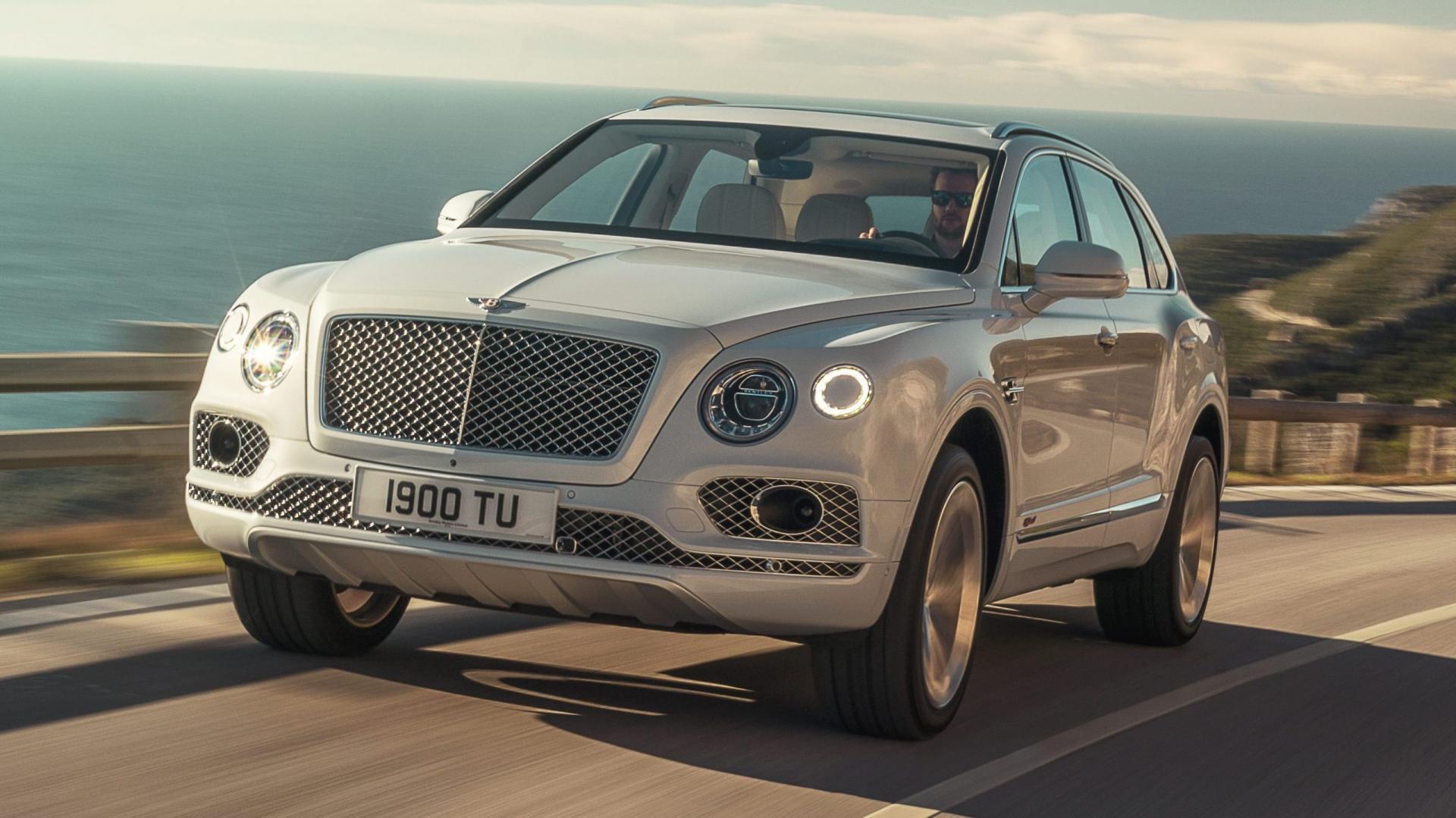 Bentley Bentayga Hybrid linksvoor rijdend