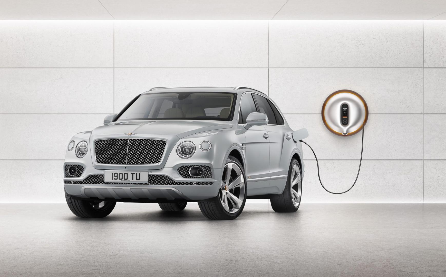 Bentley Bentayga Hybrid aan de stekker binnen