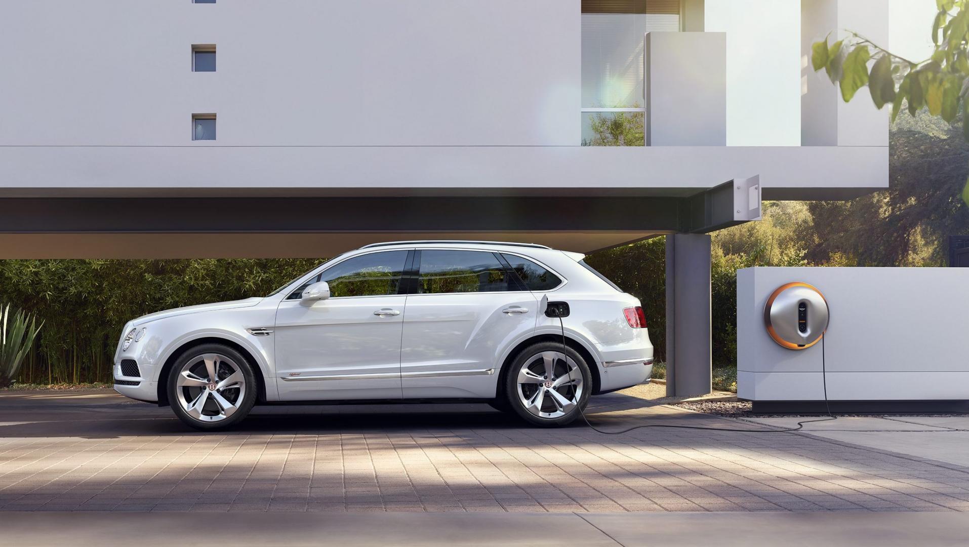 Bentley Bentayga Hybrid aan de stekker buiten
