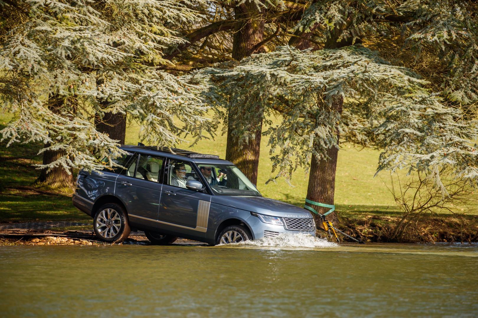 Kan de Range Rover PHEV door water?