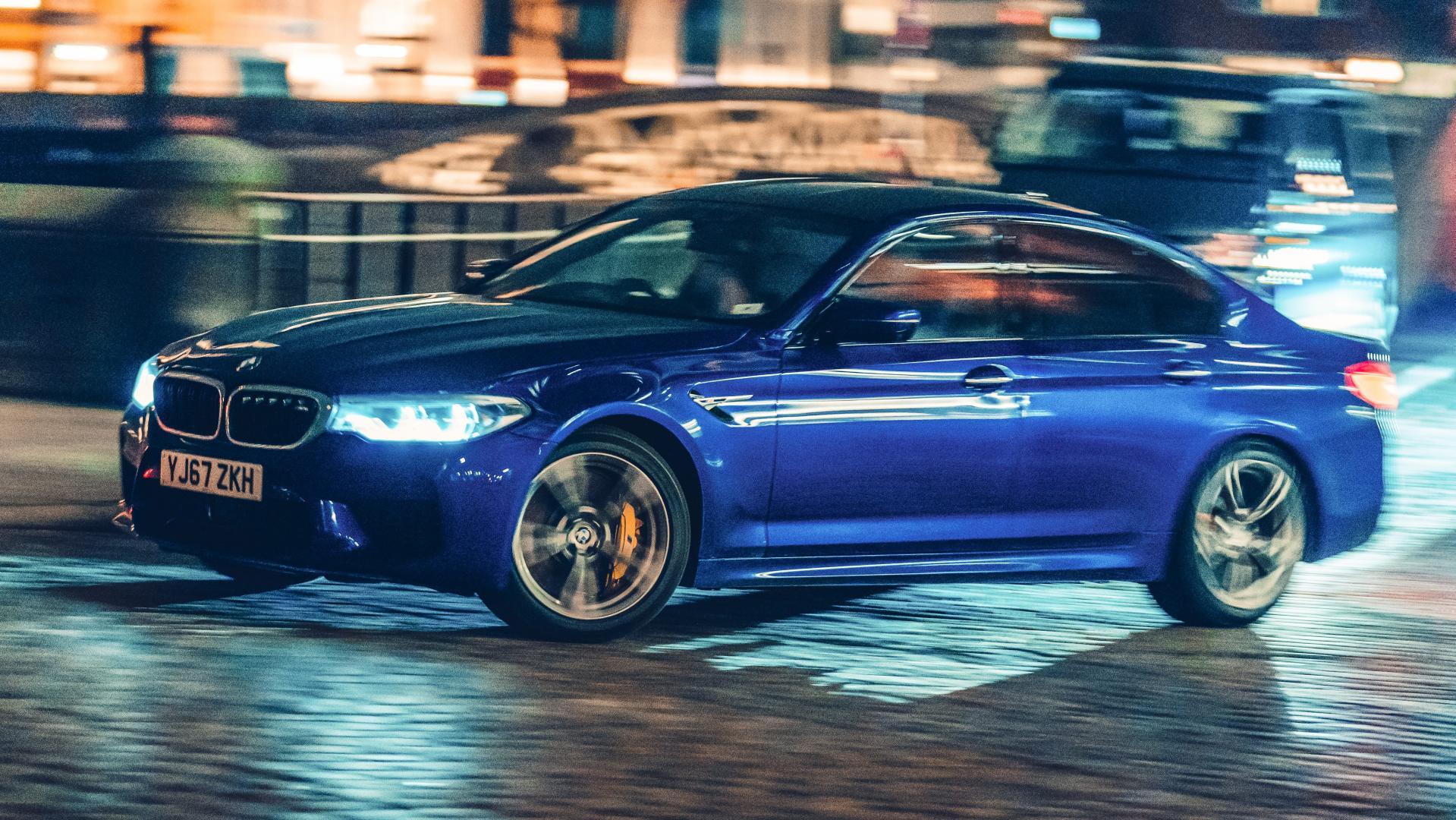 BMW M5 F90 blauw