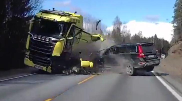 Volvo XC70 crasht hard, niemand raakt gewond