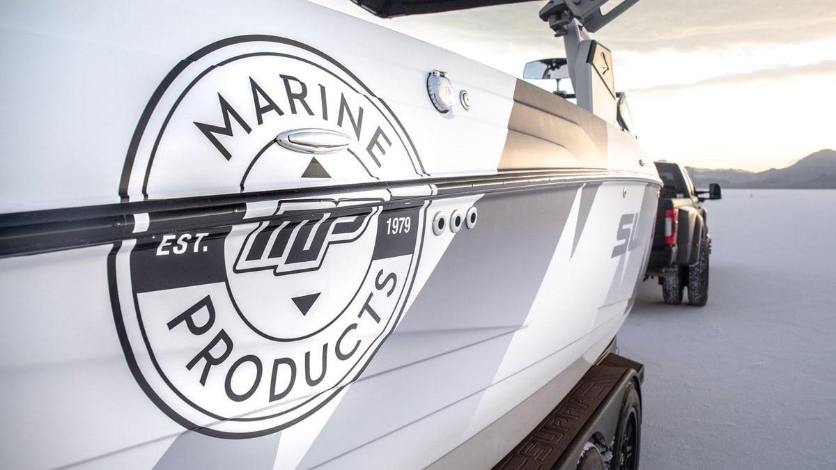 Ken Block legt Raptor-V8 in een boot