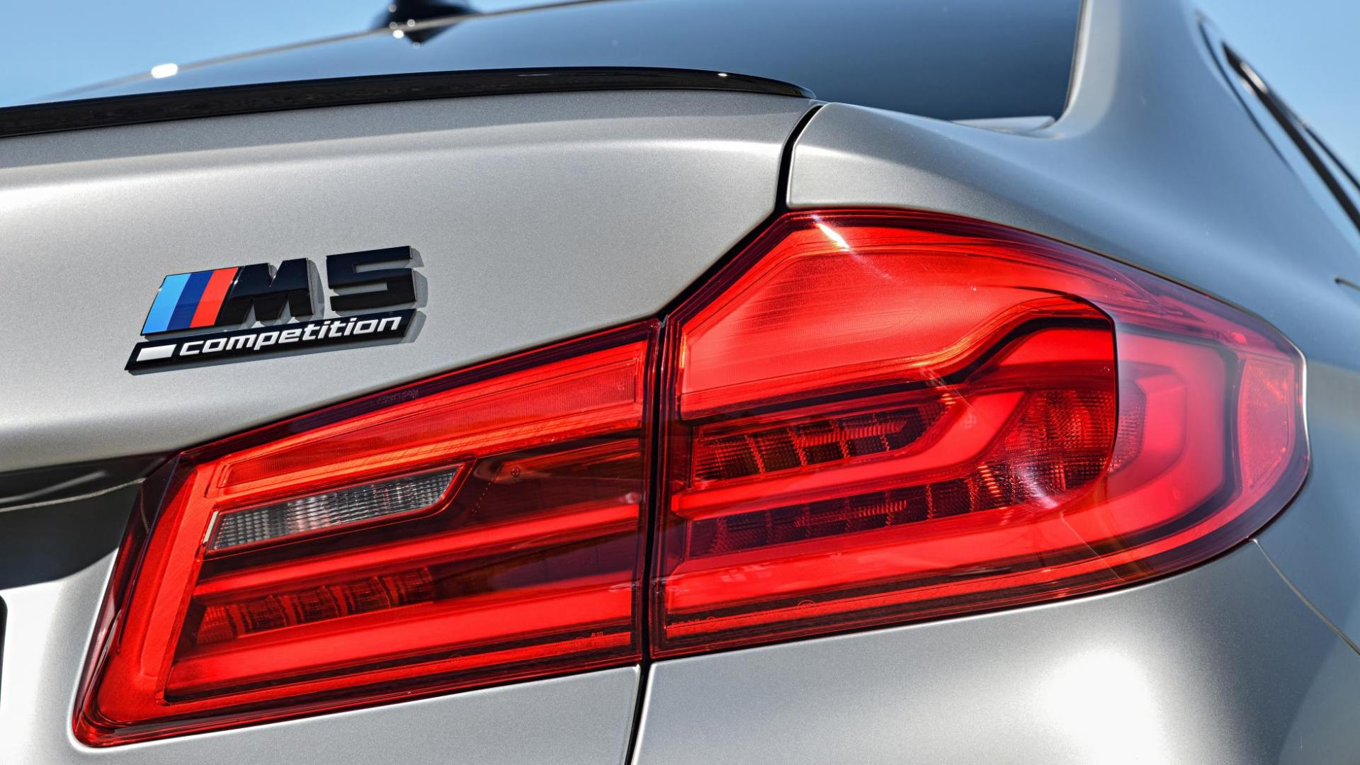BMW M5 Competition F90 achterlicht badge