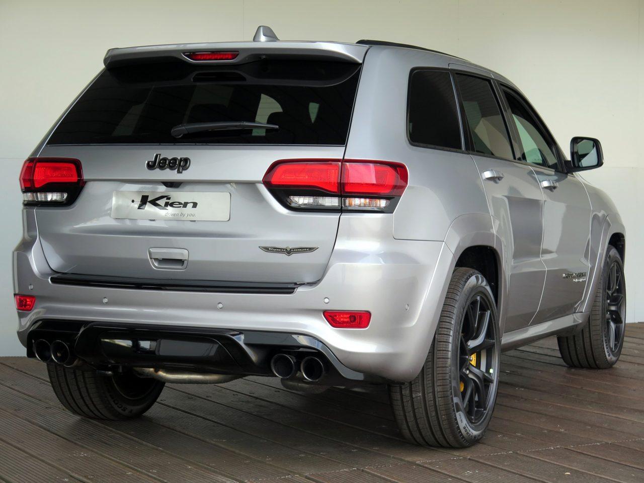 Jeep Trackhawk op grijs kenteken
