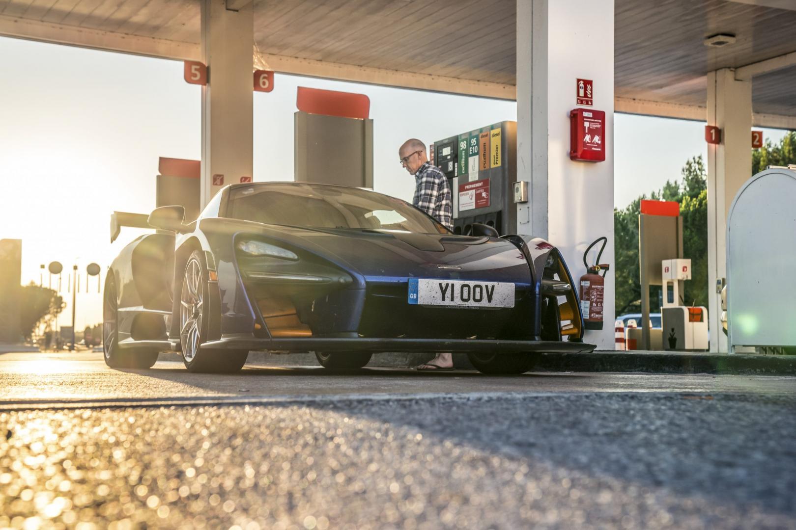 McLaren Senna tankstation tanken bij de snelwegpomp