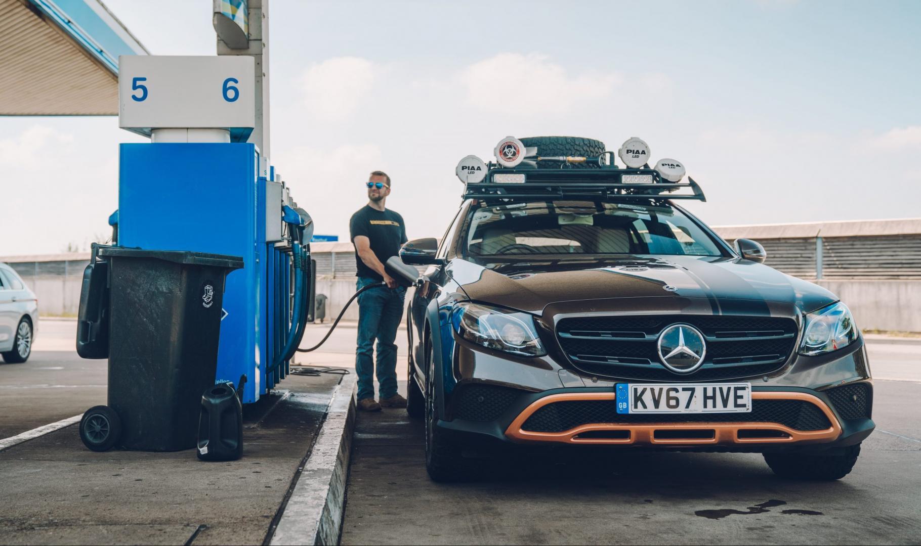 Benzine in Duitsland niet meer goedkoper Mercedes E-AT tanken