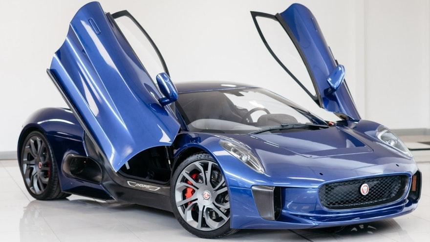 Jaguar C-X75 stuntauto James Bond vleugeldeuren