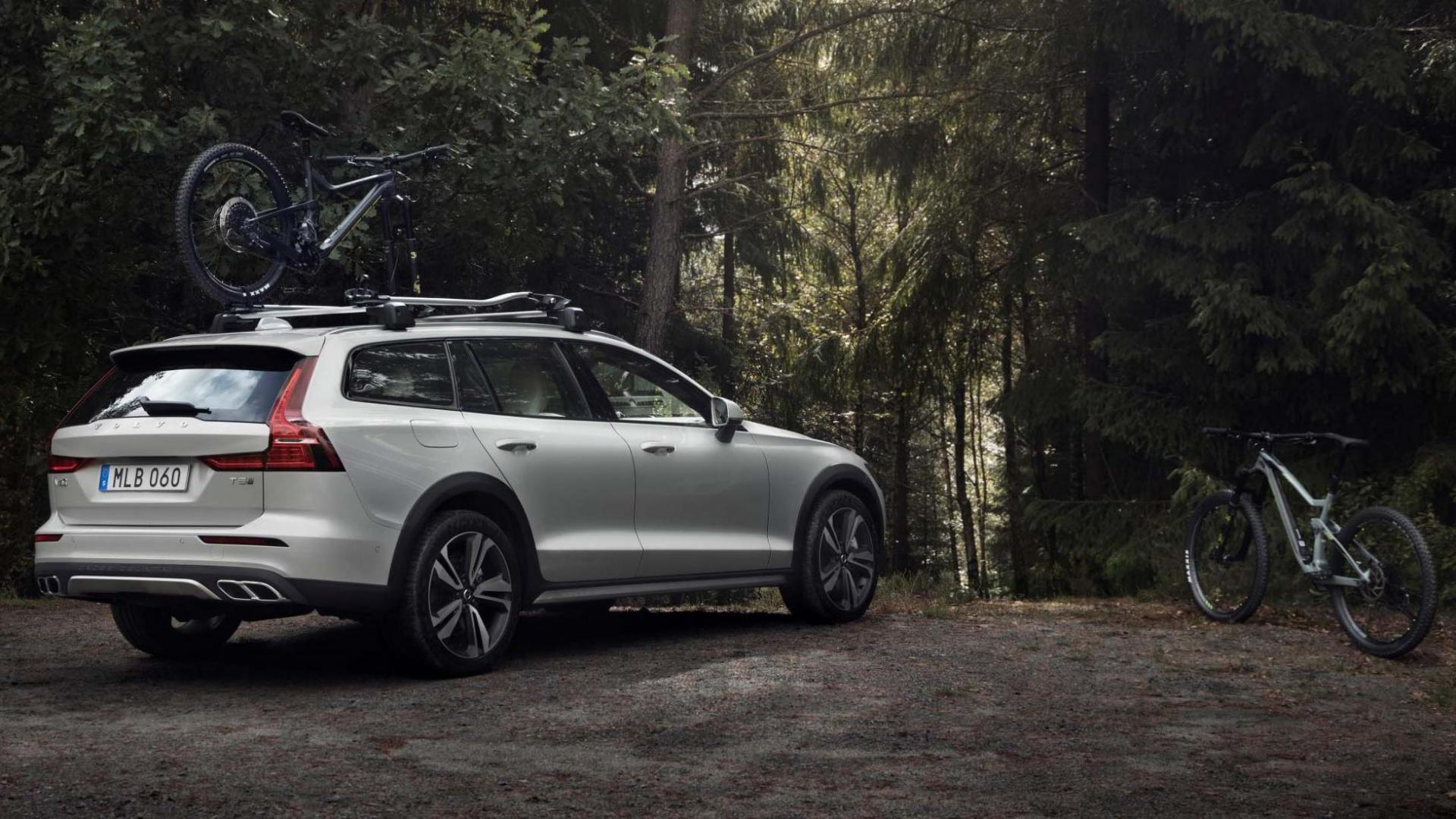 Volvo V60 Cross Country fiets bos