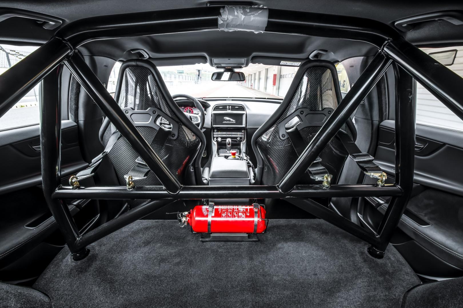 Jaguar XE SV Project 8 interieur