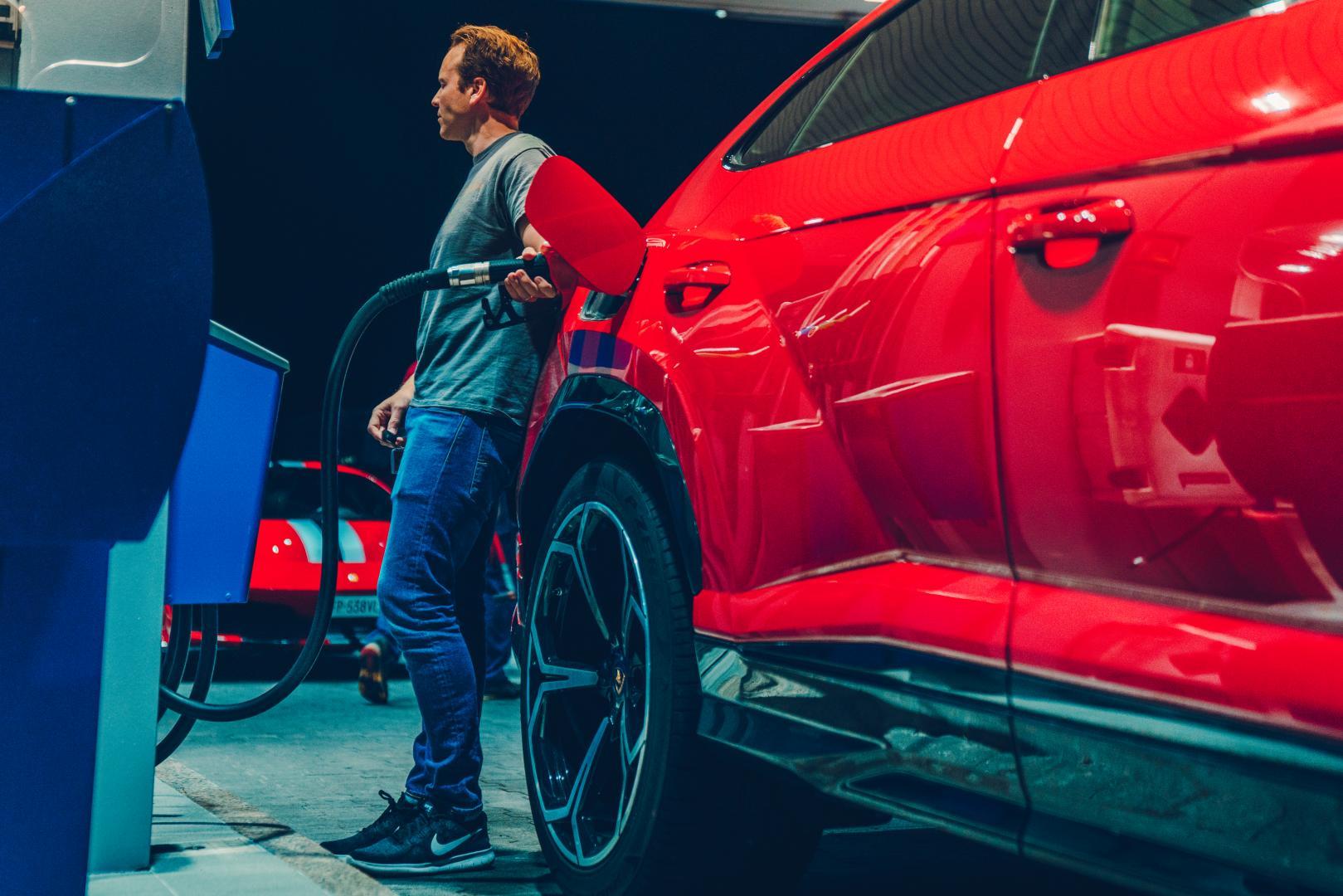 Lamborghini Urus tankstation benzine