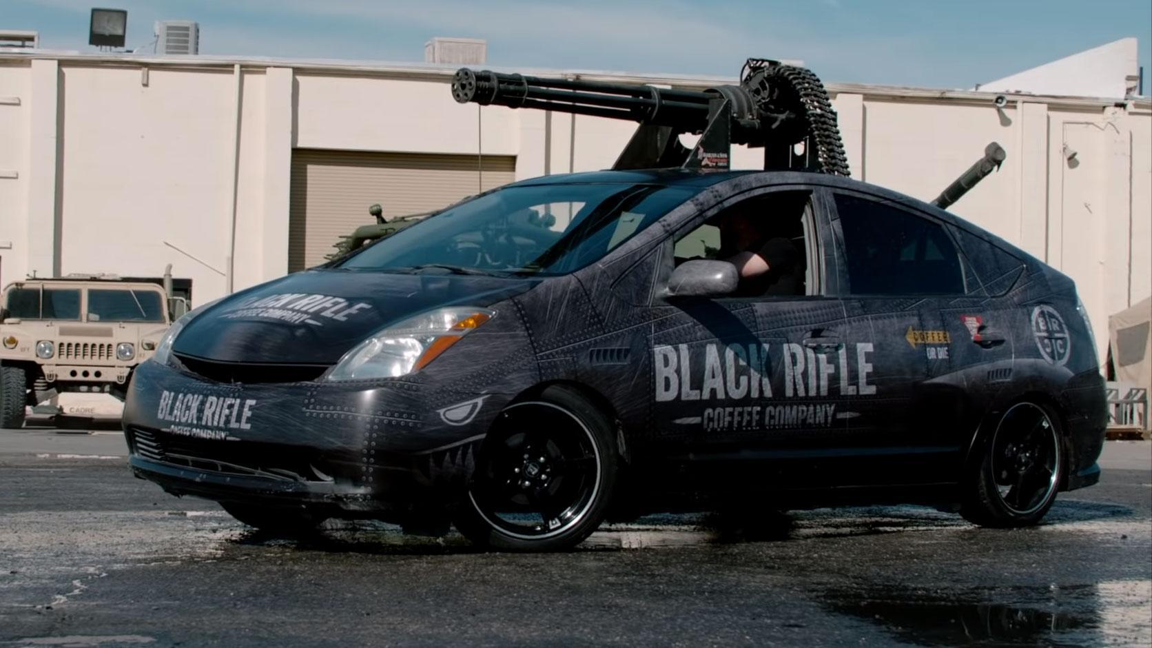 Gasten plaatsen een M61 Vulcan-gun op Toyota Prius
