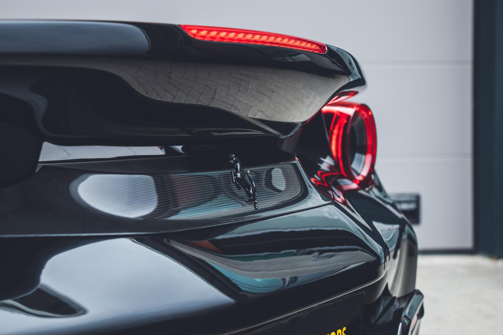 Zwarte Ferrari 488 Pista logo achterlicht remlicht