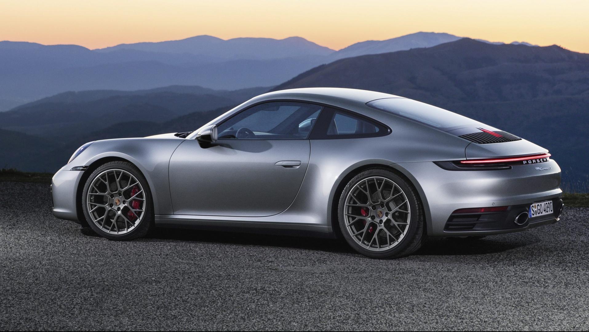 Porsche 911 992 zonsondergang
