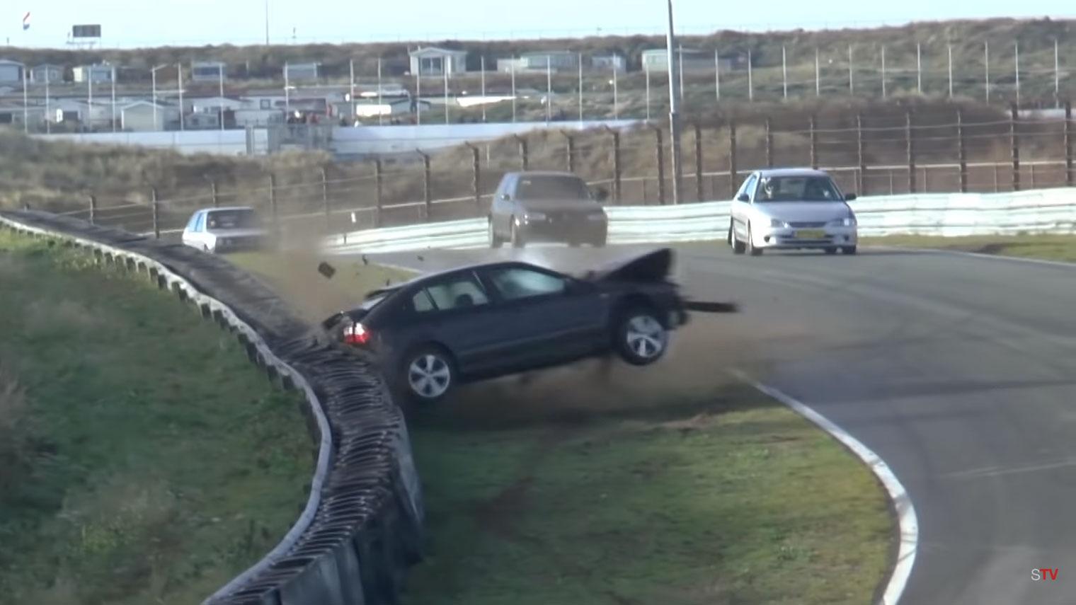 Seat Leon crasht genadeloos op Circuit Zandvoort