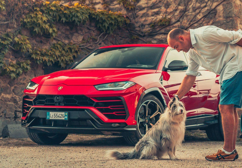Lamborghini Urus en hond