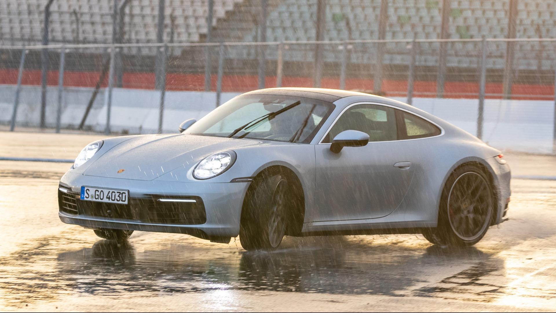Porsche 911 992 driften in het water