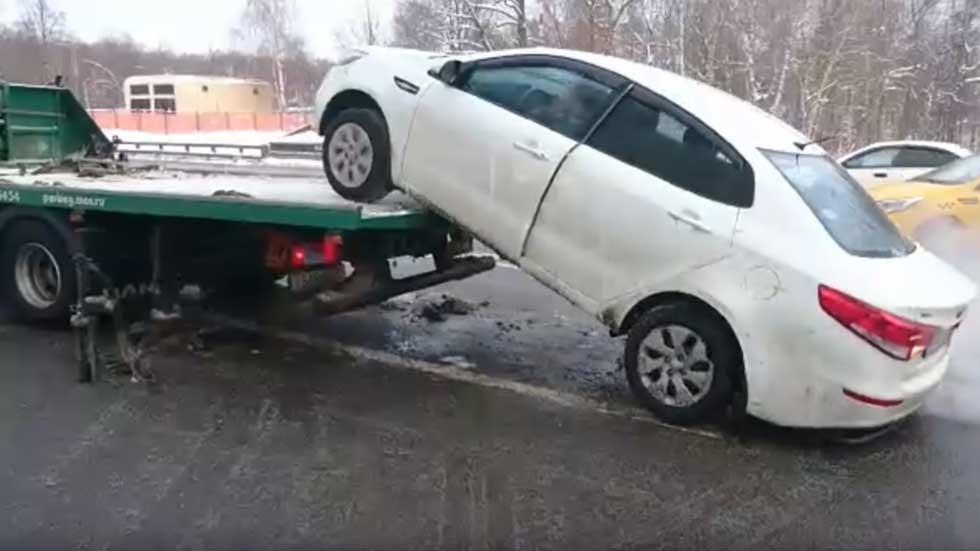 Boze rus rijdt auto van sleepwagen af