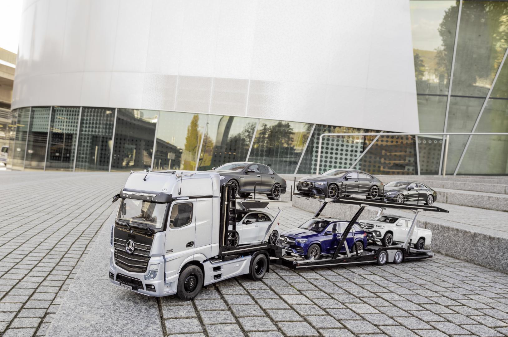 Mercedes Actros Truck schaalmodel met auto's