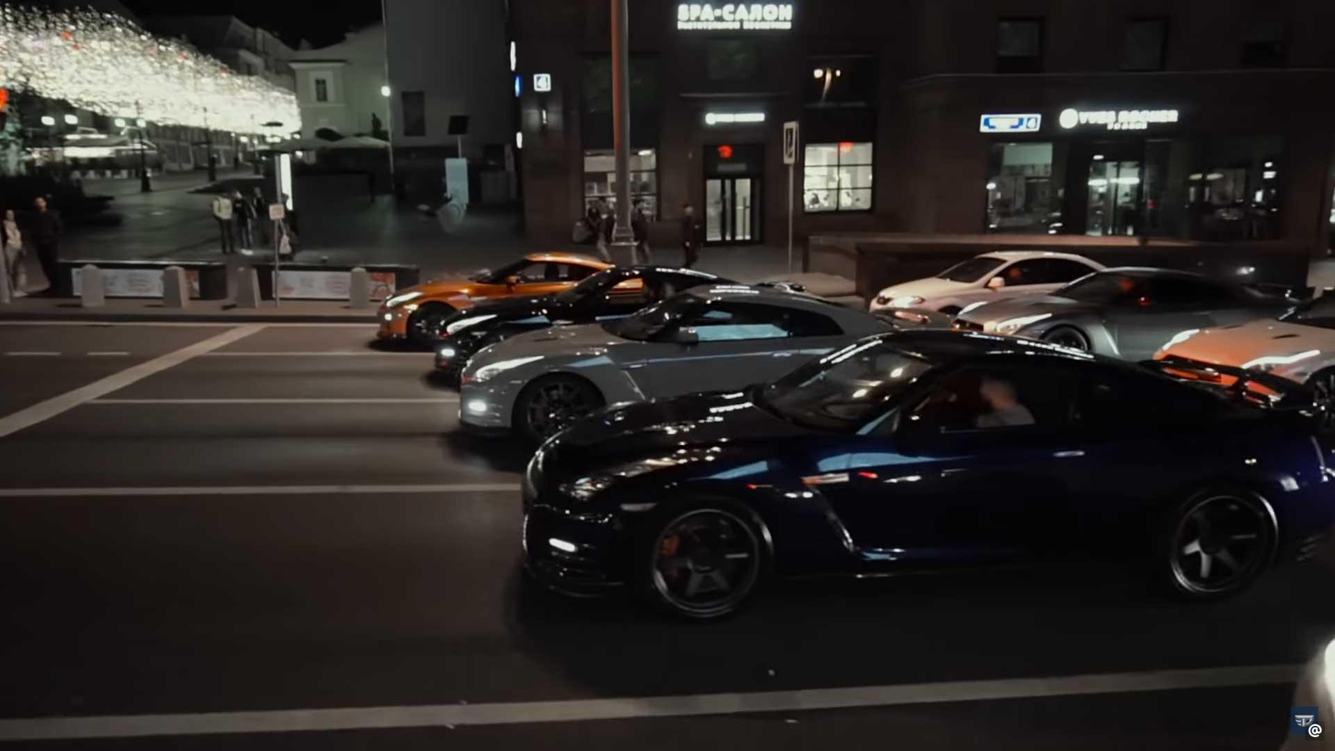 40 Nissan GT-R's door Moskou