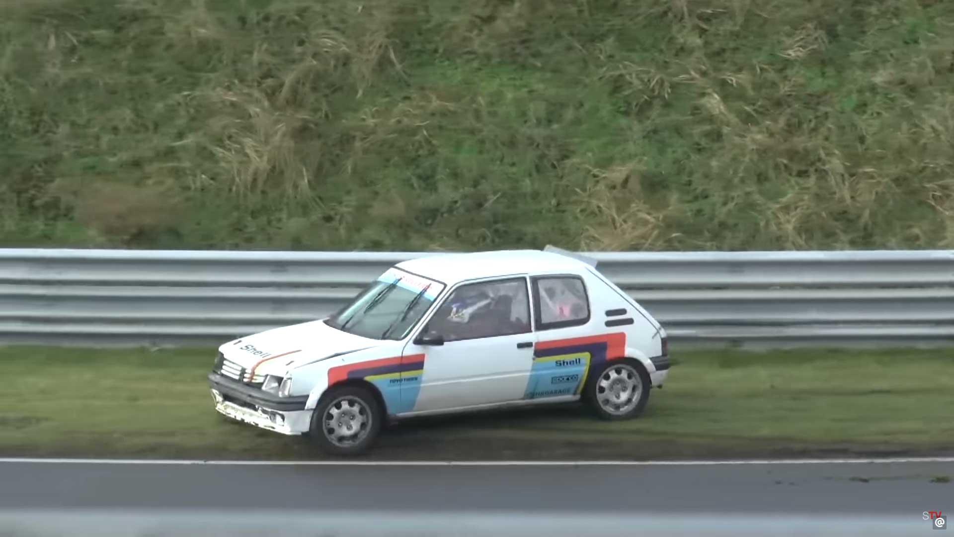 Peugeot 205 crasht op Circuit Zandvoort