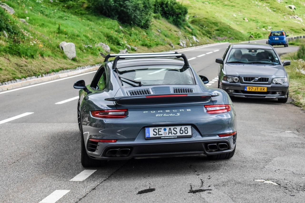 Porsche 911 Turbo S met dakdragers