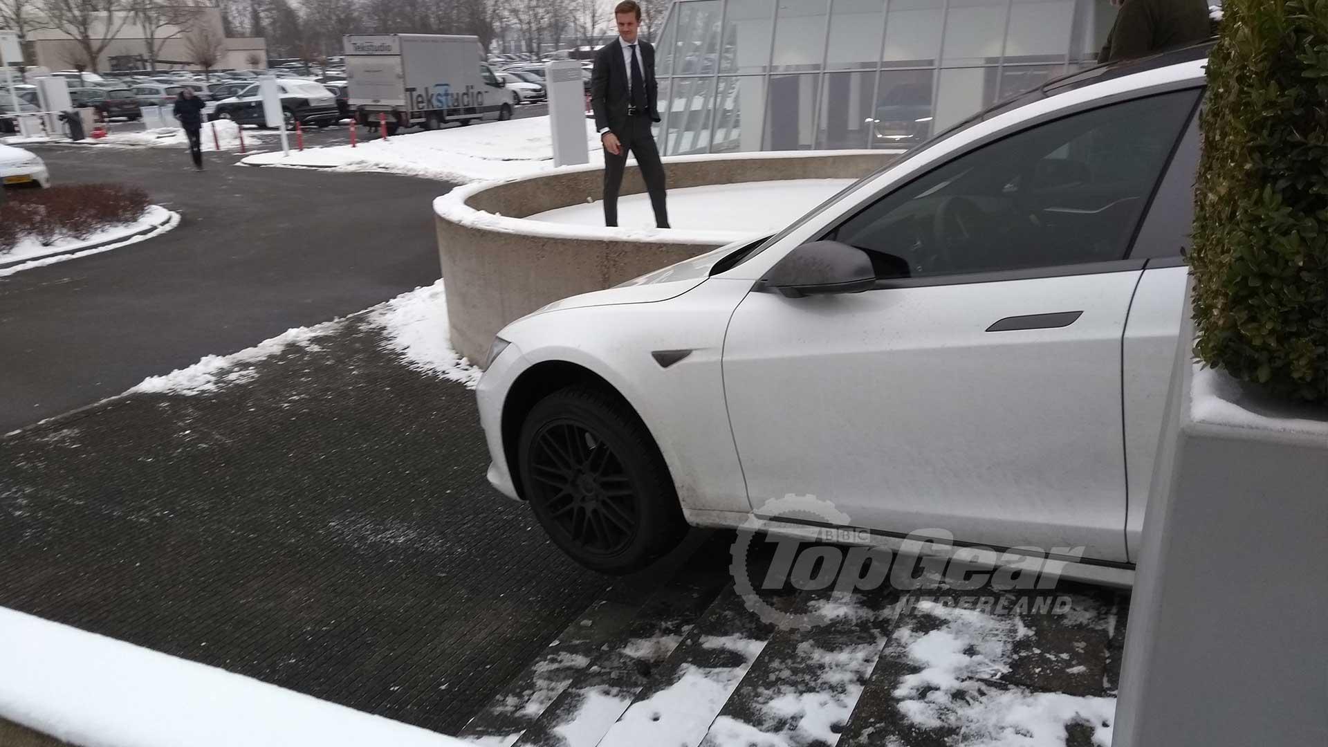 Super Tesla Model S neemt de trap in Leusden - TopGear Nederland WK-19