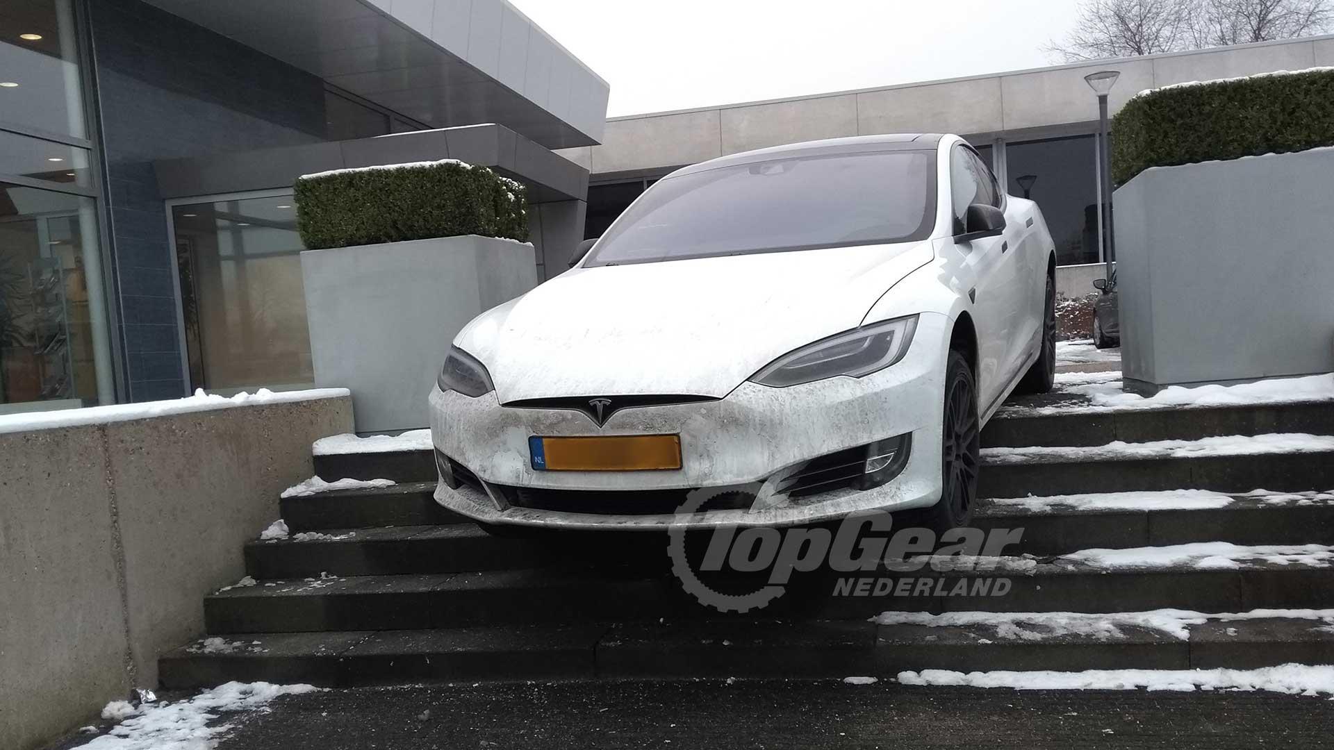 Verbazingwekkend Tesla Model S neemt de trap in Leusden - TopGear Nederland BY-38