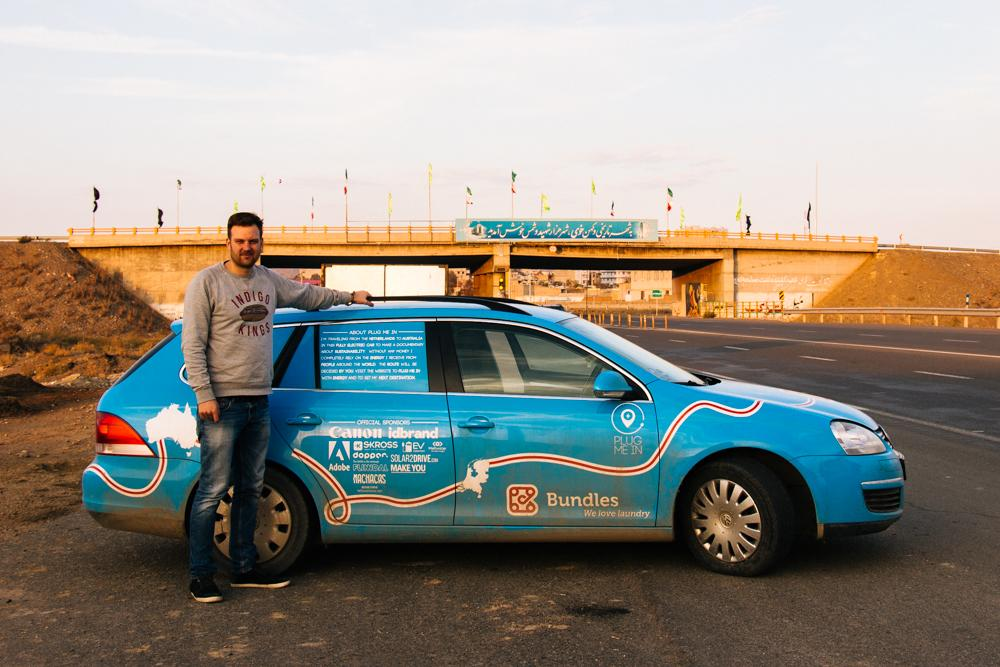 Wiebe Wakker met de Volkswagen Golf in Iran