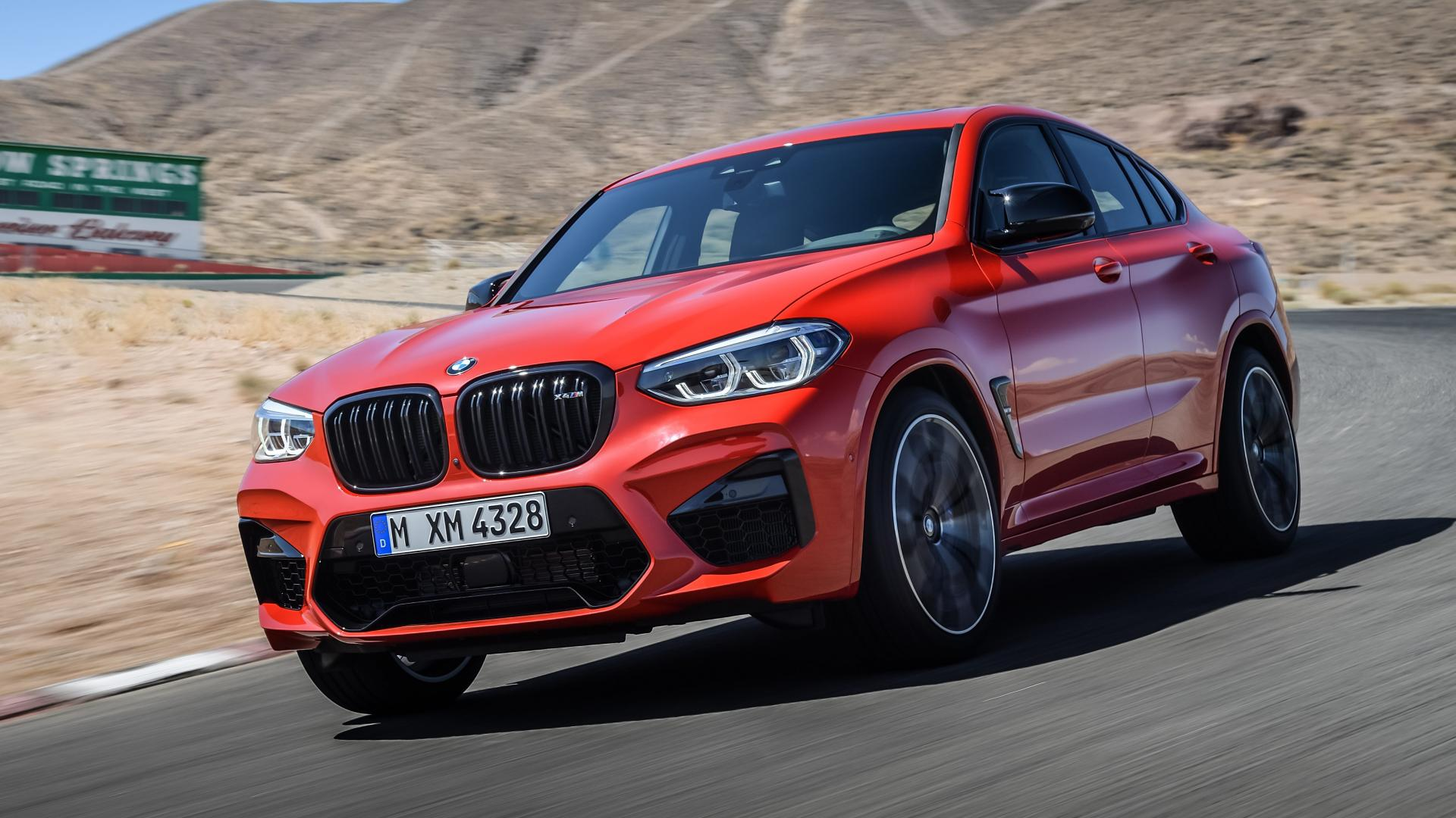 BMW X4 M Rood op Willow Springs circuit