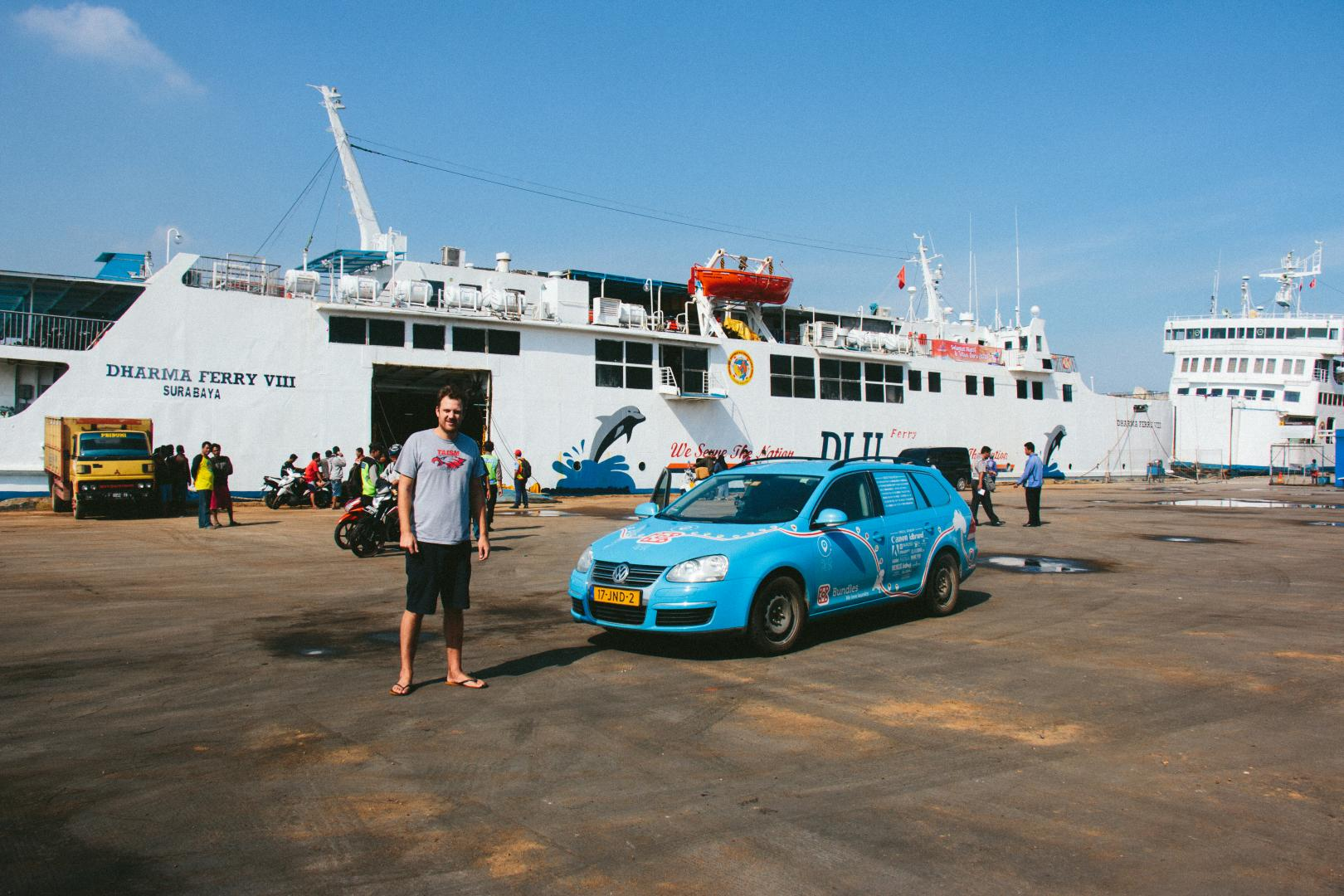 Volkswagen Golf bij de Dharma Ferry in Semarang
