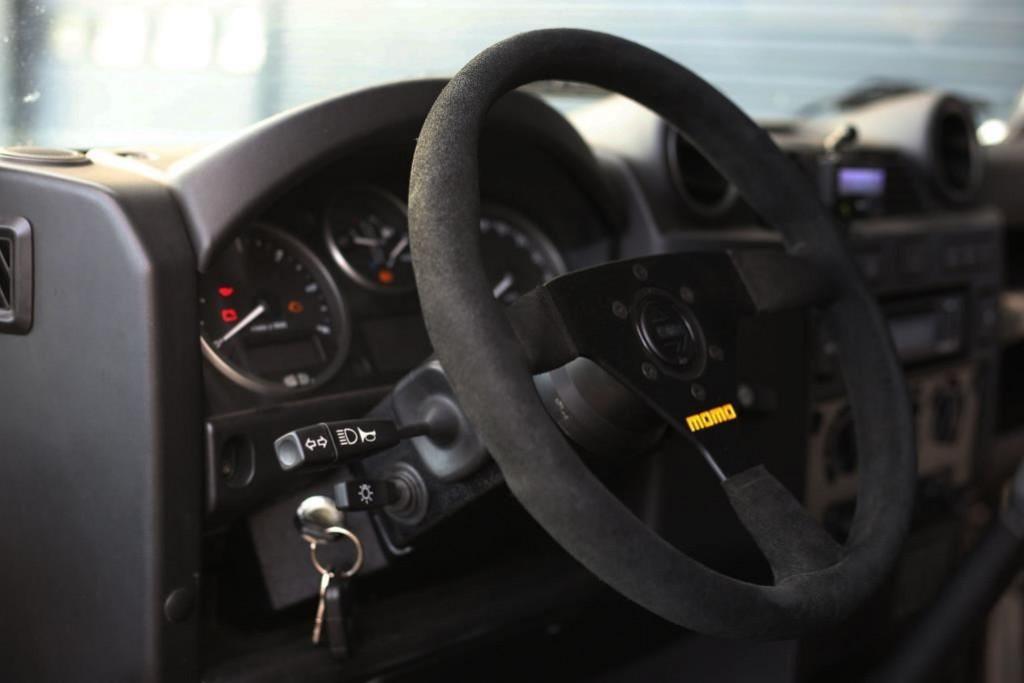 Tophat Land Rover Defender met V8 LS3