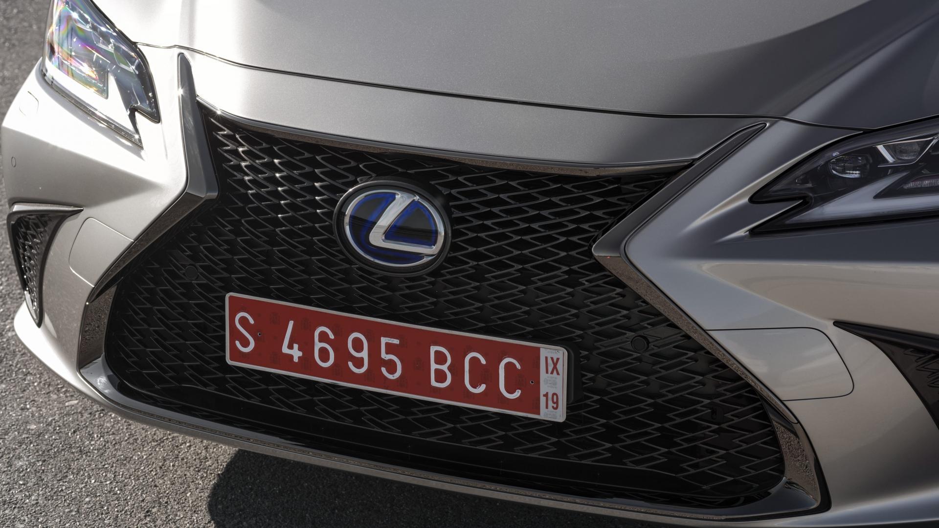 Lexus ES 300h F Sport Premium grille