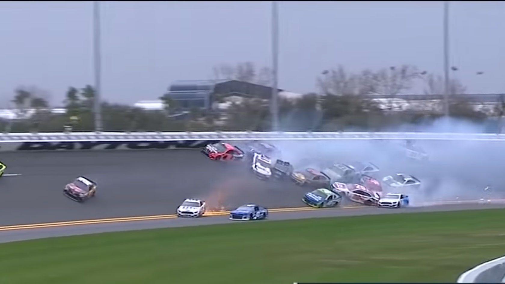 Coureur veroorzaakt mega-crash en wint de race