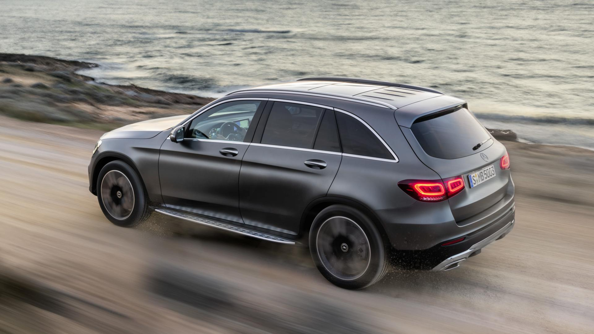 Mercedes GLC-facelift 2019 langs kust en zee