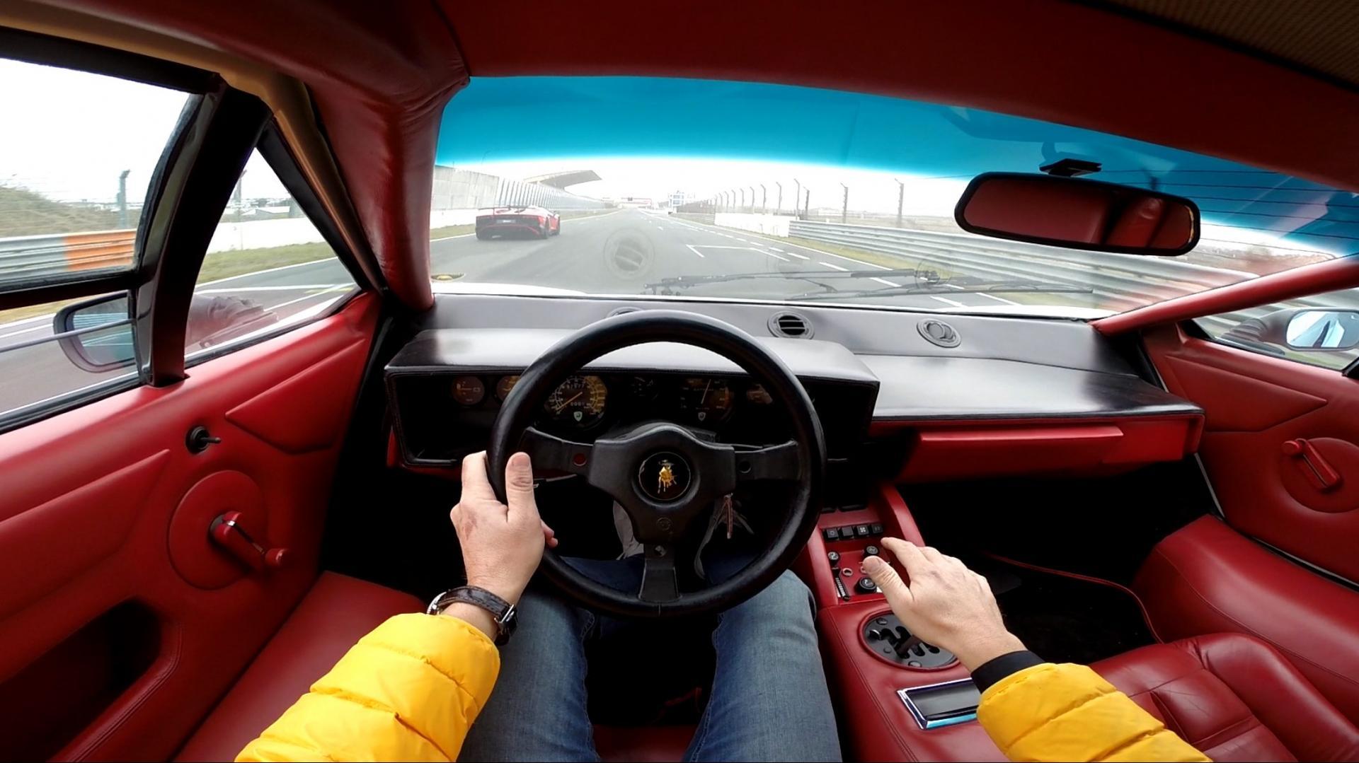 Lamborghini Countach 5000 QV achter het stuur