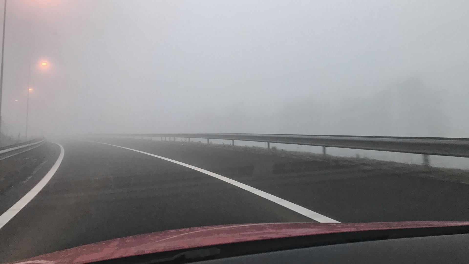 Zonder verlichting door de mist